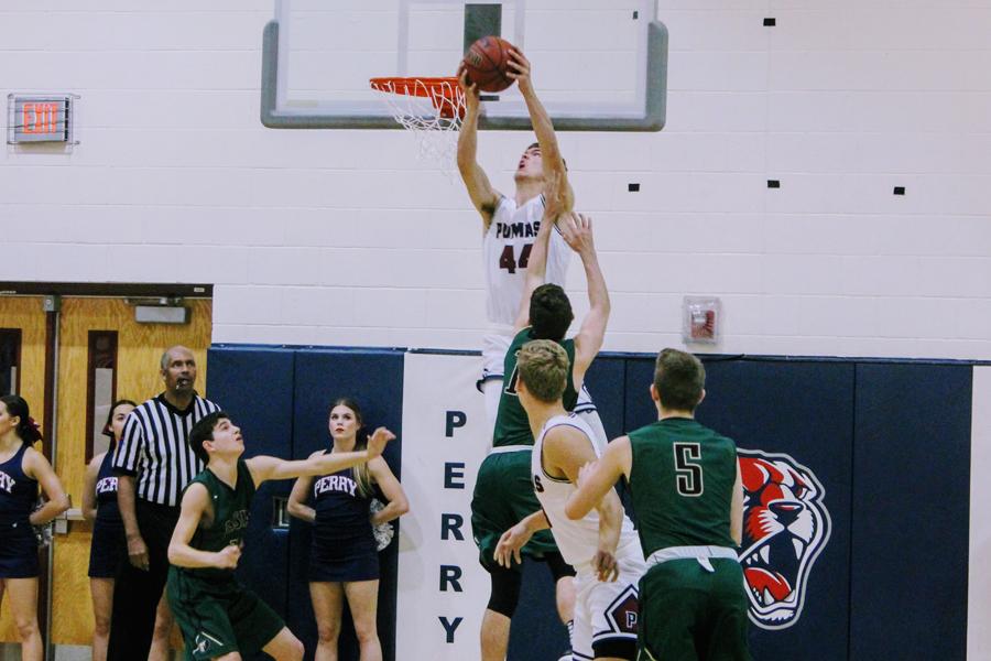 Dylan+Anderson+dunking+against+Basha+High+School.