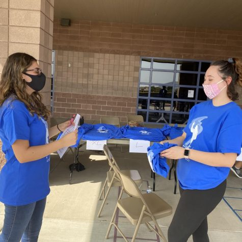 Link Crew passing out club shirts while utilizing the COVID guidelines.